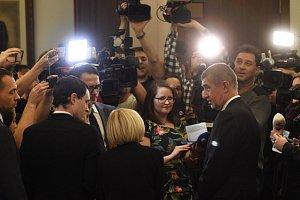 Premiér Andrej Babiš (zády vpravo) hovoří s novináři na jednání poslanecké sněmovny, která 10. ledna v Praze projednávala žádost vlády Andreje Babiše o vyslovení důvěry.