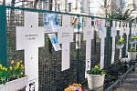 ZLOVĚSTNÁ BETONOVÁ BARIÉRA dýchá příběhy. Hovoří o nich kříže u Říšského sněmu, vztyčené na paměť těch, jejichž snaha překonat Zeď skončila pod kulkami východoněmeckých pohraničníků.
