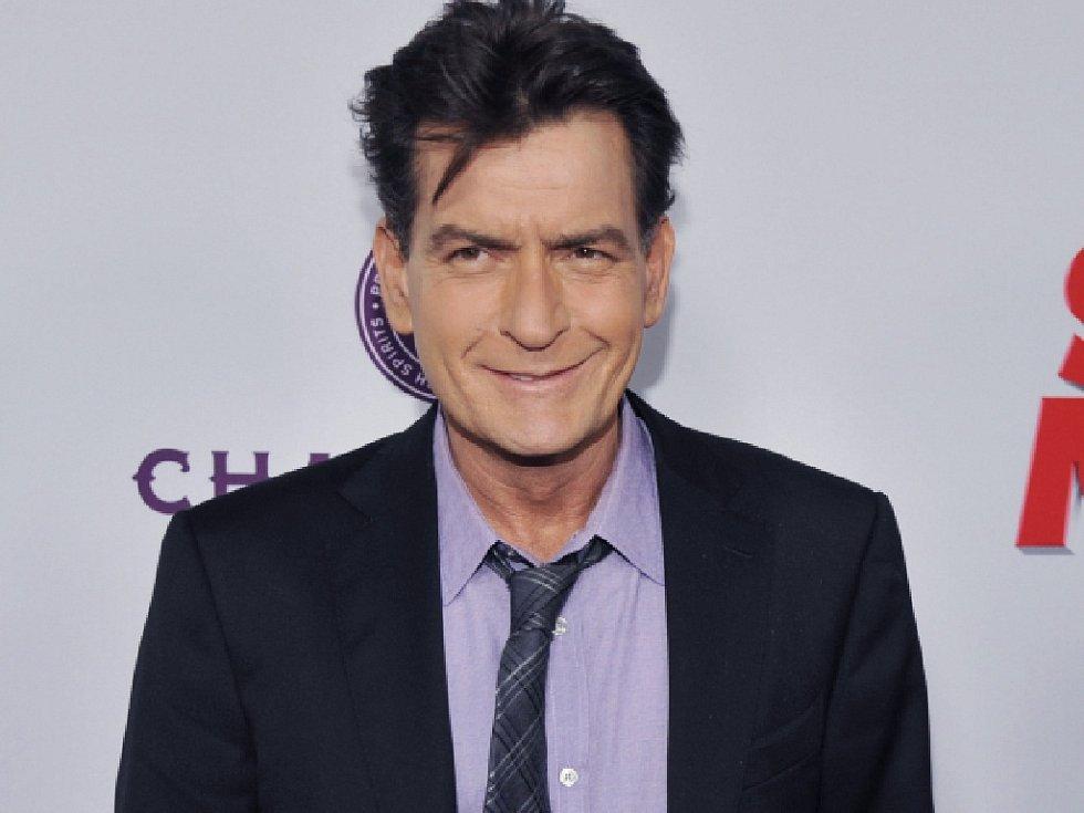 Policie v Los Angeles vyšetřuje herce Charlieho Sheena, jenž podle několika zdrojů citovaných listem Variety vyhrožoval, že nechá zabít svou někdejší snoubenku.