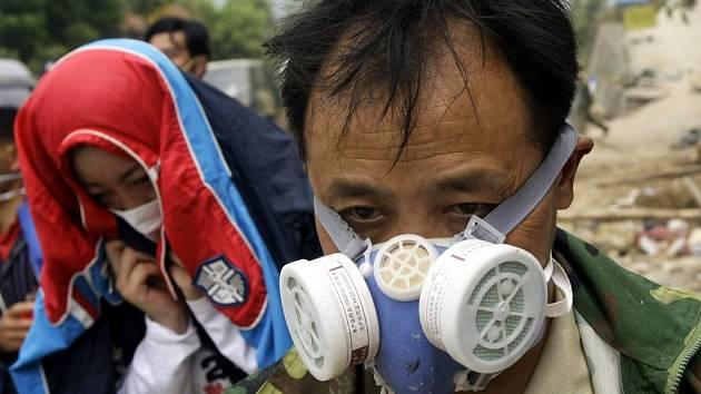 Obyvatelé postižených provincí se chrání maskami proti zápachu rozkládajících se těl i plošně rozstřikovaným desinfekčním prostředkům.