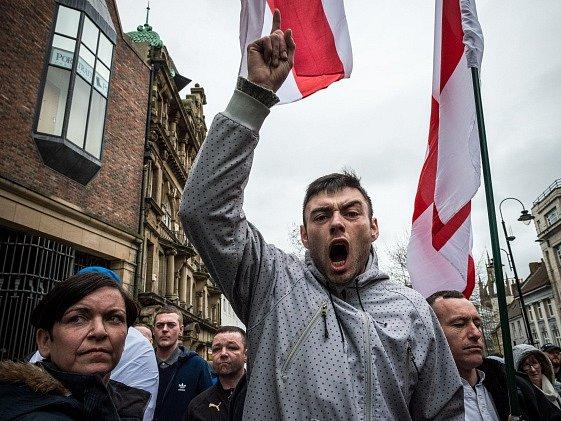 Protest hnutí Pegida v britském Newcastlu.