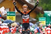 Pieter Weening se raduje z triumfu v šesté etapě Kolem Švýcarska.