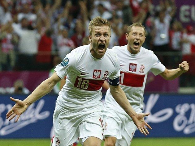 Polský fotbalista Jakub Blaszczykowski (vlevo) se raduje se spoluhráčem Rafalem Murawskim z gólu proti Rusku.