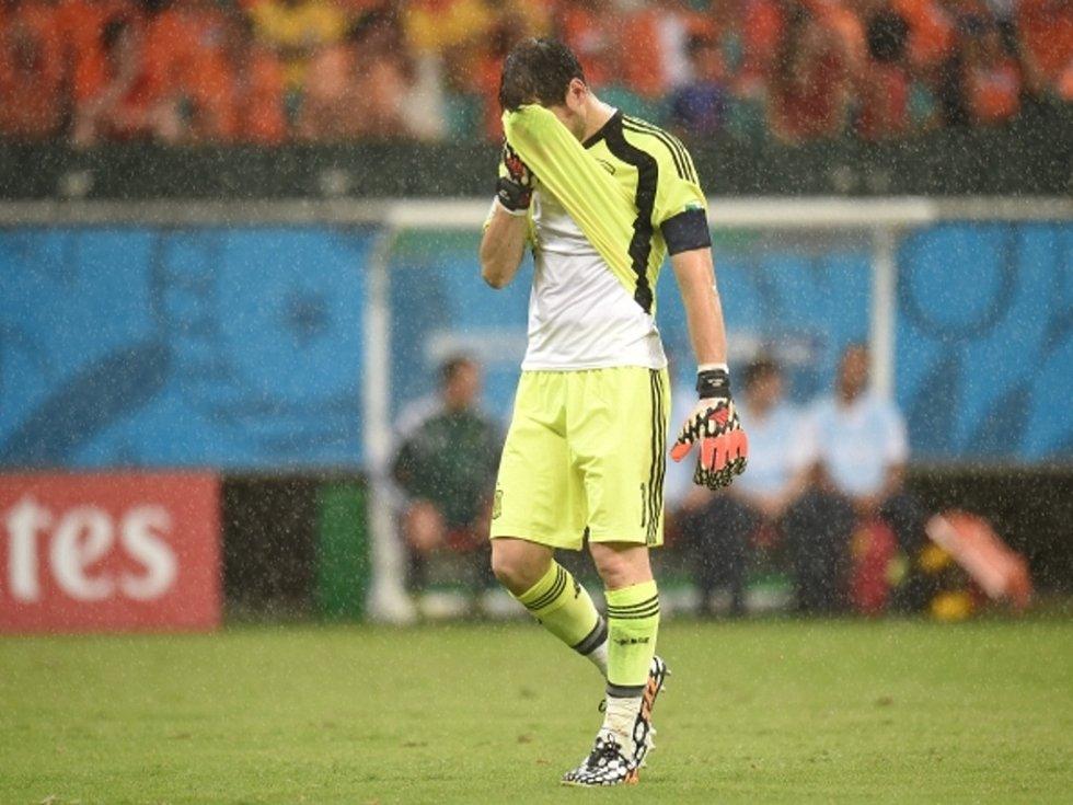 Zničený brankář Španělska Iker Casillas po pětigólovém přídělu od Nizozemců.