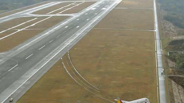 Na letišti v Hirošimě vyjel airbus z přistávací dráhy.