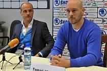 Martin Straka (vlevo) uvedl Tomáše Vlasáka do funkce sportovního manažera hokejové Plzně.