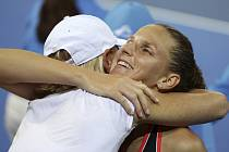 Tenistka Karolína Plíšková (vpravo) se objímá se svou trenérkou Rennae Stubbsovou po vyhraném turnaji