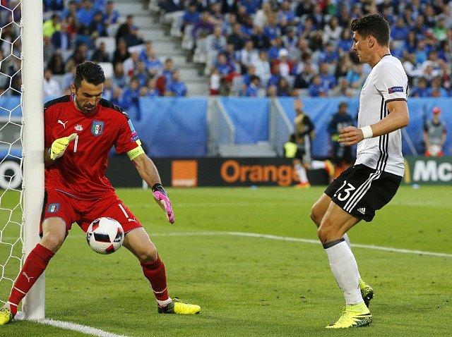 Gianluigi Buffon a Mario Gomez