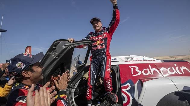 Španěl Carlos Sainz se raduje z vítězství v kategorii automobilů na Rallye Dakar 2020