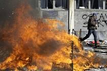 Demonstranti v Sarajevu dnes zaútočili na budovu, kde se nachází sídlo vedení země. Budovu zapálili, stejně jako několik automobilů, které před ní stály.