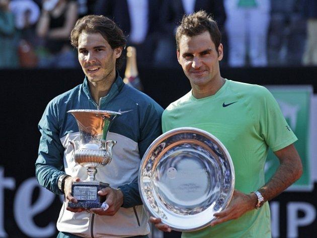 Rafael Nadal (vlevo) potvrdil na antuce svou dominanci. Ve finále turnaje v Římě porazil Rogera Federera ve dvou setech.