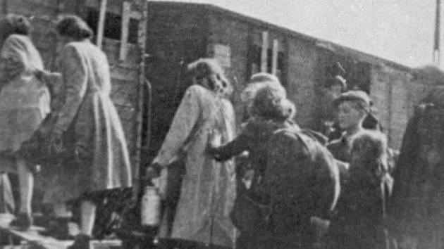 Židé nastupují v lodžském ghettu do transportů do vyhlazovacích táborů