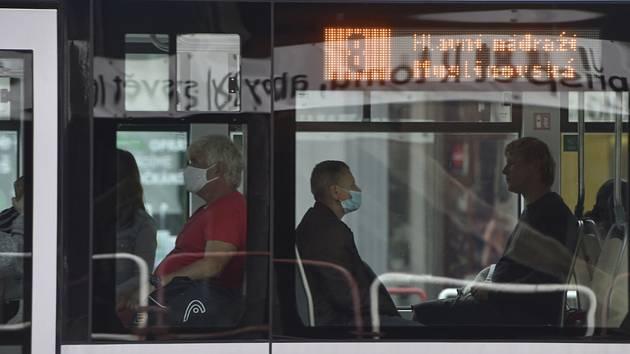 Cestující v autobuse v Ostravě na snímku ze 17. července 2020