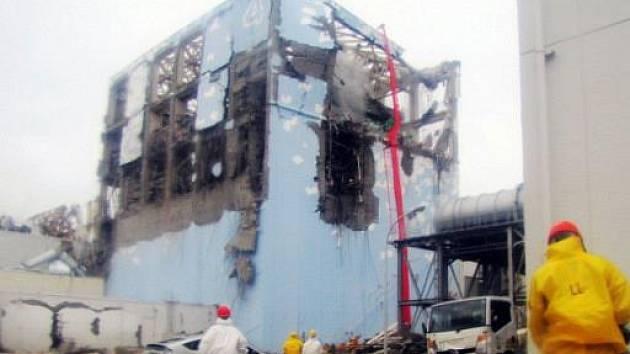 Do třetího bloku japonské jaderné elektrárny Fukušima 1 se vrátila technická obsluha, která musela ve středu blok opustit kvůli dýmu a zvýšené radioaktivitě.