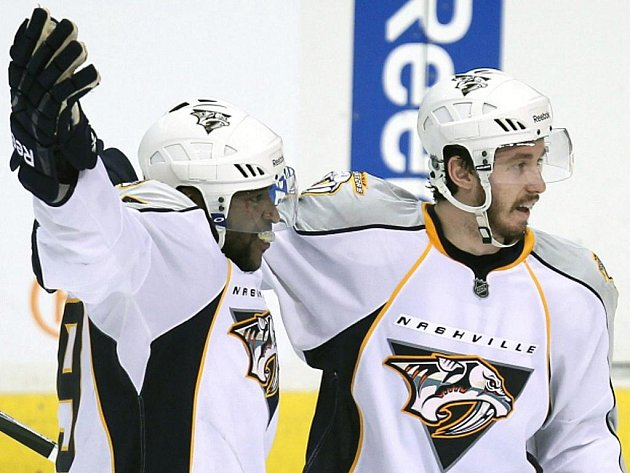 Hokejista Nashvillu Joel Ward (vlevo) slaví s Jonathonem Blumem gól.