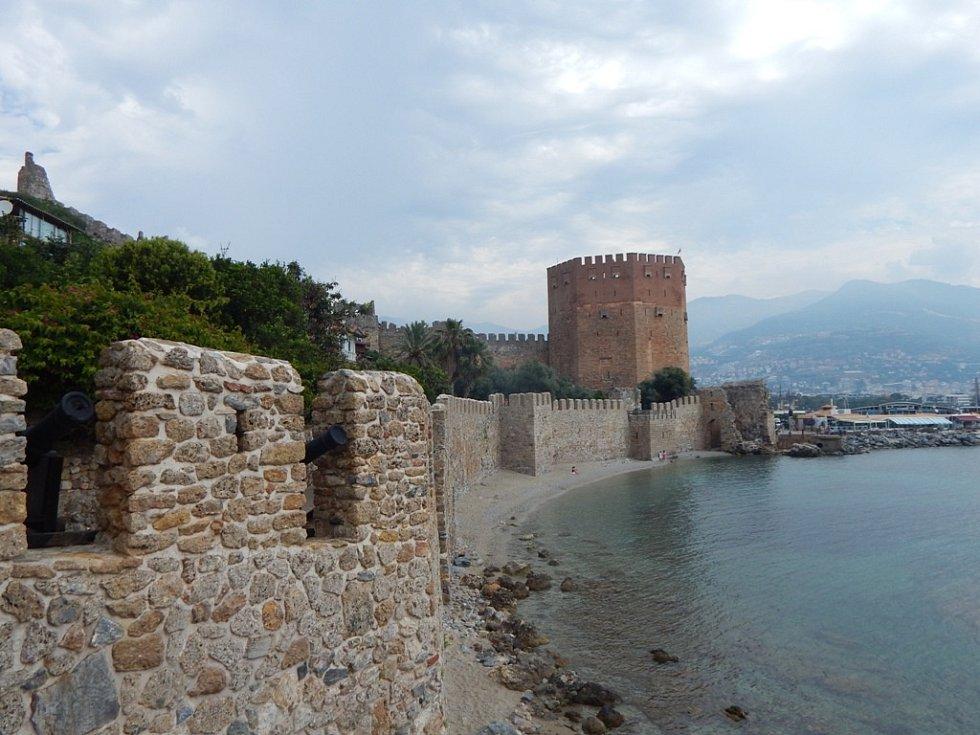 Alanya: hradby mezi věží a loděnicí