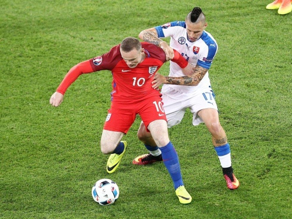 Wayne Rooney z Anglie (vlevo) a Marek Hamšík ze Slovenska.