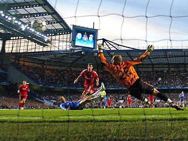 Joe Cole (v modrém) střílí jedinou branku utkání mezi Chelsea a Liverpoolem v prvním semifinále Ligy mistrů. Gólman Liverpoolu Pepe Reina byl proti jeho pokusu bezmocný.