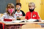 Děti ve škole v rouškách. Ilustrační foto.