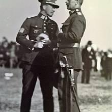 Generál Josef Bílý (vpravo) - vysoká štíhlá postava, úzký obličej, nekompromisní pohled, vždy v kondici.