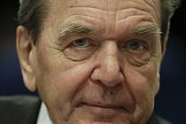 Německá kancléřka Angela Merkelová udělala správné rozhodnutí, když loni v září uprchlíkům otevřela hranice s Rakouskem. Myslí si to její předchůdce v úřadu Gerhard Schröder.