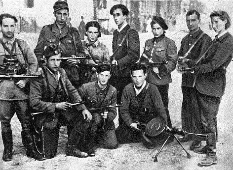 Židovští partyzáni z vilniuského ghetta. Korczaková je třetí zprava v horní řadě