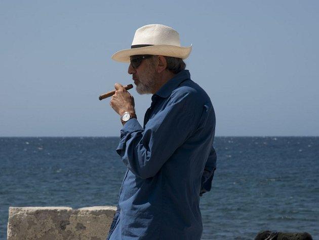 DENÍK ZAČÁTEČNÍKA. Elia Suleiman si ve své přízračné povídce o muži žasnoucím nad životem v Havaně zahrál i hlavní roli.