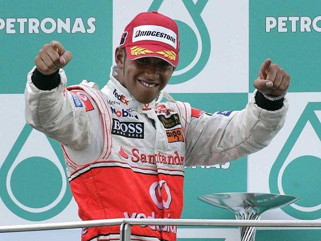 Lewis Hamilton slaví druhé místo, které obsadil ve VC Malajsie.