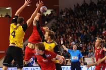 Čeští házenkáři (v červeném) proti Belgii.