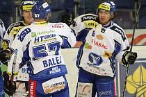 Hokejisté Brna Roman Erat (vpravo) a Jozef Balej se radují z gólu proti Boleslavi.
