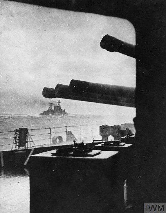 Bitevní křižník HMS Hood několik minut předtím, než ho potopila německá válečná loď Bismarck