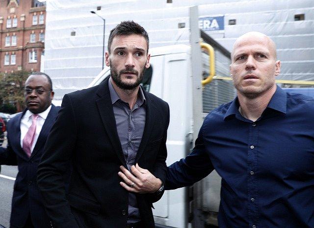 Hugo Lloris (vlevo) míří k soudu.