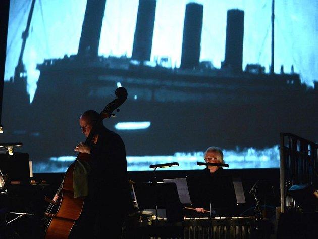 Sté výročí katastrofy zaoceánské lodi Titanik připomene ve čtvrtek 18. října na festivalu Struny podzimu multimediální projekt neúnavného experimentátora Gavina Bryarse.