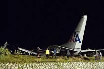 Americké letadlo na lince z Miami do jamajského Kingstonu v úterý večer místního času za silného deště havarovalo při přistání.