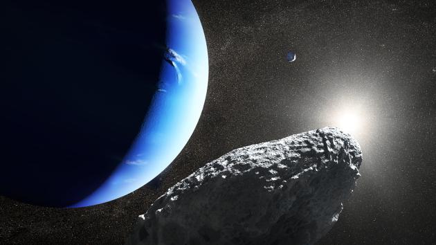 Ilustrace planety Neptun. Vpravo jeho měsíc Proteus a Hippocamp (nahoře vzadu).