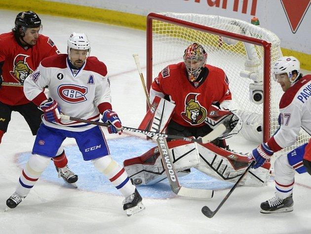 Tomáš Plekanec z Montrealu (druhý zleva) cloní před brankářem Ottawy Craiga Andersona.