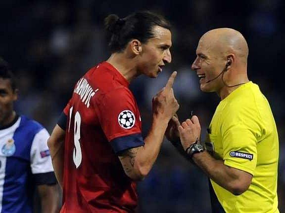 Zlatan Ibrahimovič z PSG v diskusi s rozhodčím Webbem.