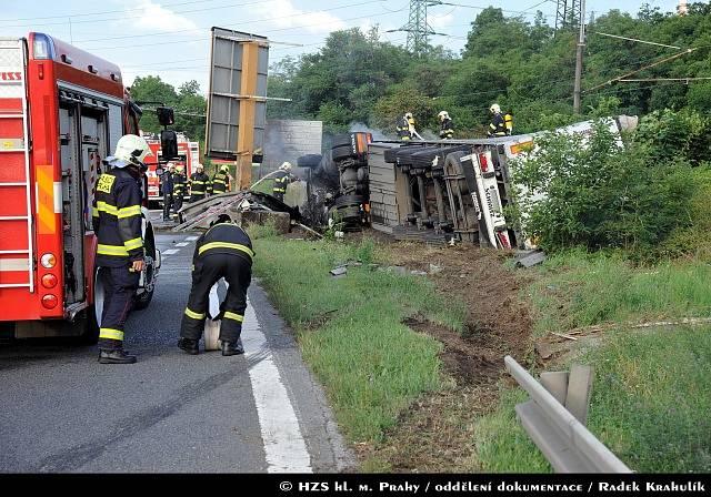 Nehoda kamionu výrazně zkomplikovala dopravu na pražské Jižní spojce u Záběhlic.