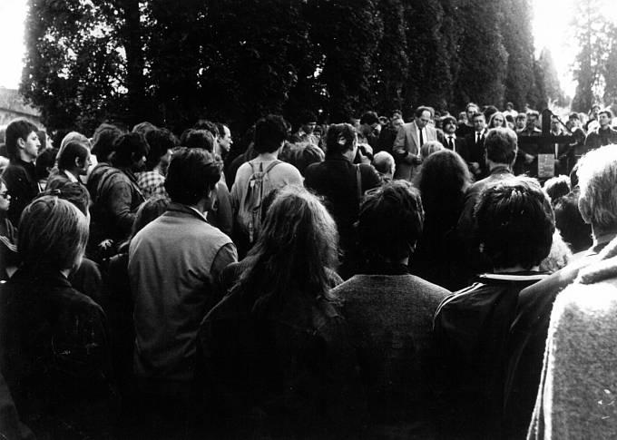 Pohřební proslov měli Vlasta Chramostová a Hana Jüptnerová, Stanislav Devátý četl řeč Václava Havla.