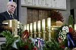Poslední rozloučení s Valtrem Komárkem proběhlo ve strašnickém krematoriu v Praze. Na snímku prezident Miloš Zeman.