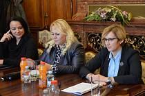 Ministryně pro místní rozvoj Karla Šlechtová (vpravo) při jednání se zástupci Národní sítě Místních akčních skupin.