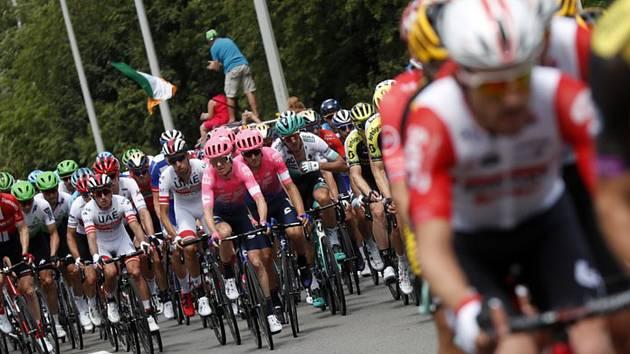 Peloton jezdců v úvodní etapě Tour de France.
