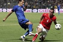 Ital Gianluca Zambrotta (vlevo) v souboji s rakouským kapitánem Emanuelem Pogatetzem.