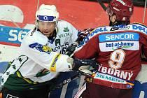 Rozhodující branku utkání vstřelil veterán Josef Řezníček. Na snímku v souboji s Výborným.