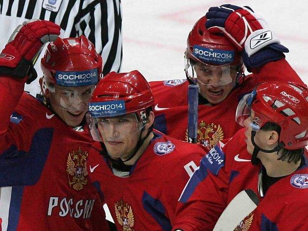 Ivan Něprjajev, Alexandr Ovečkin, Nikolaj Kuljomin a Alexej Jemelin (zleva) slaví osmý gól v síti Dánska. Rusové rozstříleli severského soupeře vysoko 9:1.