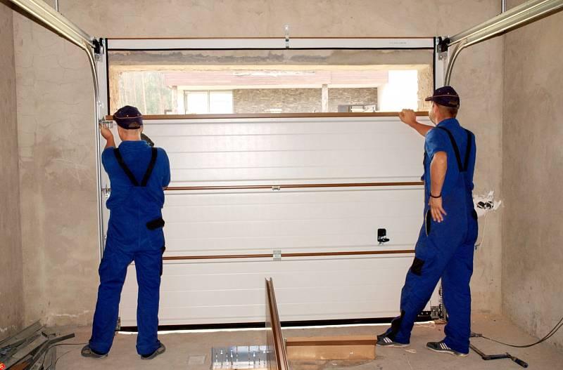S rozměry garáže úzce souvisí také způsob, jakým se do ní budete dostávat. V případě garáže spojené s domem bývají právě vrata místem, kudy do objektu nejčastěji pronikají zloději, proto není rozumné šetřit a zvolit nejlevnější řešení.
