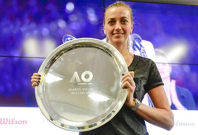Petra Kvitová s trofejí pro finalistku Australian Open.