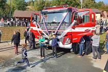 Jednotka dobrovolných hasičů z Huti převzala nové zásahové vozidlo. Slavilo se až do večera.