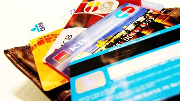 Kreditní a platební karty. Ilustrační snímek.