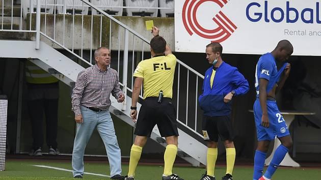 Trenér Jablonce Petr Rada právě dostává žlutou kartu od rozhodčího Pechance.